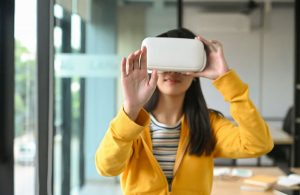 asian girl is wearing a yellow shirt using vr head UJV925R opt