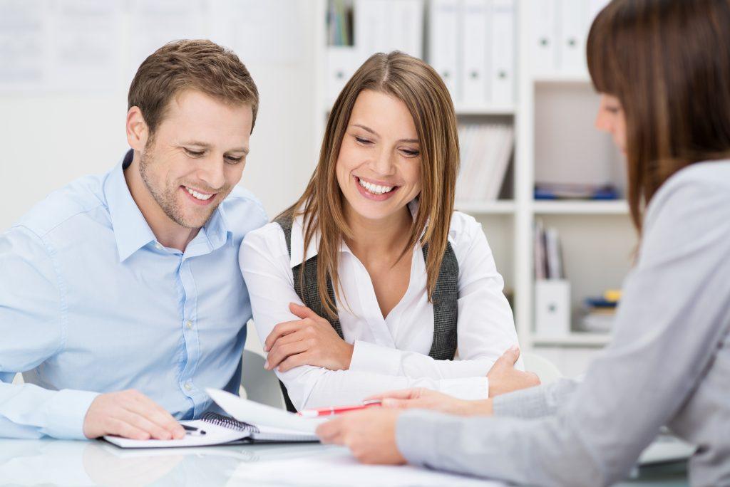 Un productor de seguros debe ser experto en escucha activa y comunicación franca, y estar fuertemente orientado a brindar un excelente servicio al cliente.